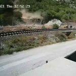 KAMENA GROMADA KOD ČAPLJINE: Odvalila se od brda, probila ogradu, za malo promašila bager i završila na putu! VIDEO